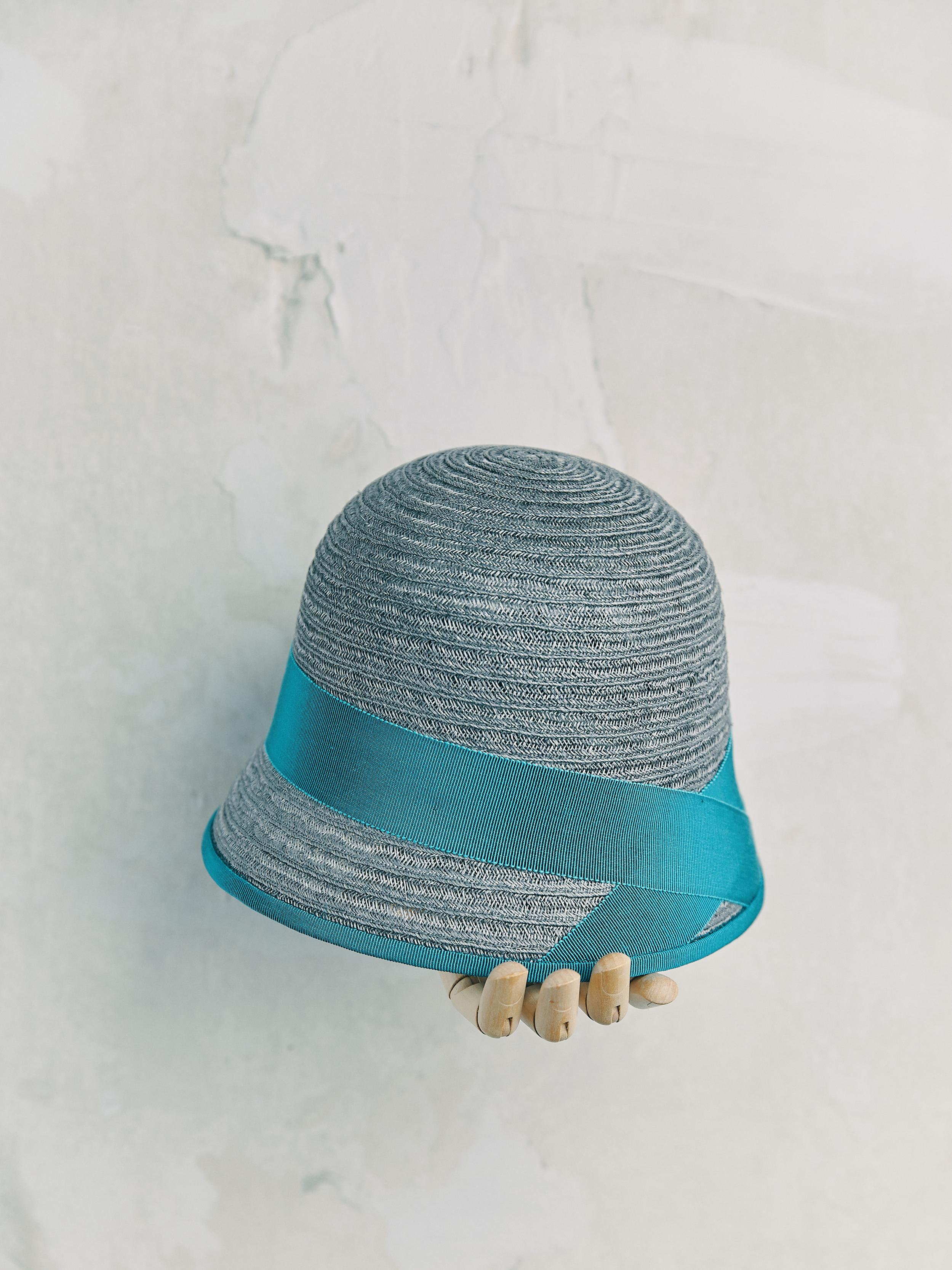 CHAPEAU CLOCHE - Gris bordé ruban Turquoise